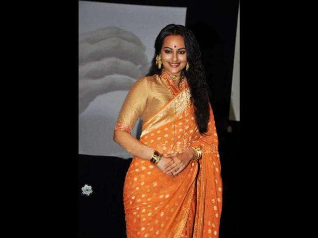 Sonakshi-Sinha-looks-stunning-in-an-orange-saree