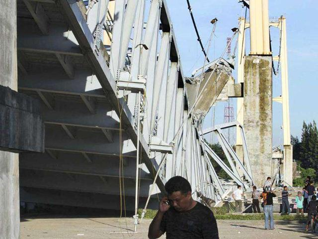 Residents-inspect-the-damage-of-Kutai-Kartanegara-bridge-after-it-collapsed-in-Tenggarong-east-Kalimantan-Indonesia-killing-at-least-four-people-and-injuring-scores