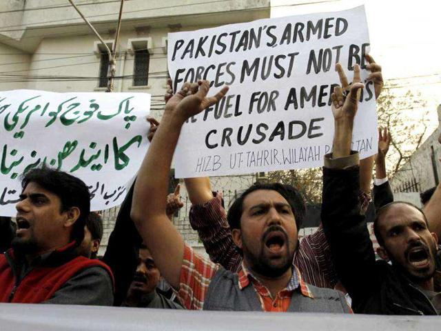 Pakistani-protesters-rally-to-condemn-a-NATO-airstrike-on-Pakistani-troops-in-Lahore-AP