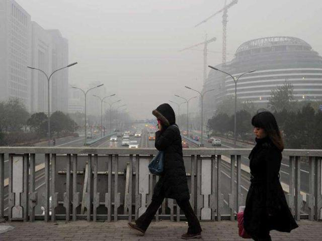 Pedestrians-cross-the-second-ring-road-as-pollution-reaches-what-the-US-Embassy-monitoring-station-says-are-Hazardous-levels-in-Beijing-