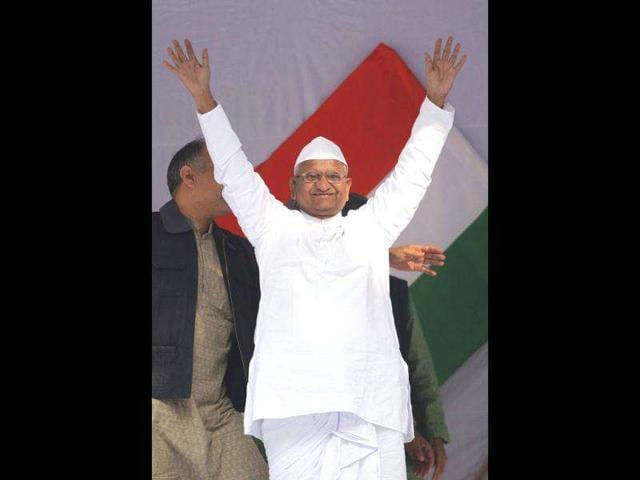Anti-corruption-activist-Anna-Hazare-watches-Parliament-proceedings-regarding-Lokpal-Bill-on-a-TV-in-his-native-village-Ralegan-Siddhi-in-Ahmednagar