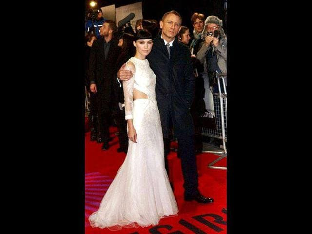 US-actor-Rooney-Mara-poses-with-her-British-co-star-Daniel-Craig-at-the-premiere-of-their-latest-film-The-Girl-with-the-Dragon-Tattoo-in-London-on-Dec-12-AFP-PHOTO-Max-Nash