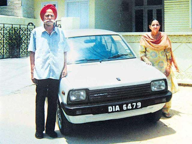 Harpal-Singh-and-Gulshanbeer-Kaur-of-Delhi-became-the-first-proud-owners-of-the-first-Maruti-800-car-in-1983-The-couple-bought-the-car-for-Rs-47-500-and-its-keys-were-handed-to-them-by-the-then-Prime-Minister-Indira-Gandhi-The-Maruti-800-fuelled-a-car-revolution-in-the-country-and-became-a-symbol-of-status-for-the-Indian-middle-class-in-the-1980s
