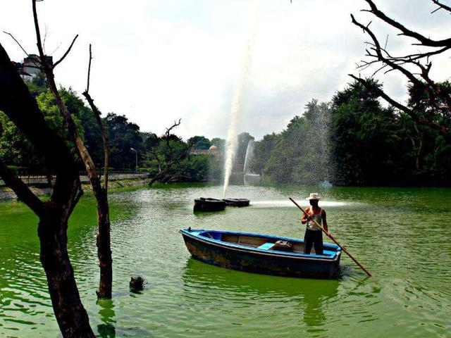 Workers-have-been-cleaning-the-Hauz-Khas-lake-since-2001-and-they-do-so-without-any-protection-HT-Photo-by-Jasjeet-Plaha