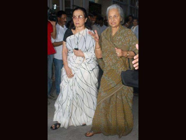 Veteran-actors-Waheeda-Rehman-and-Asha-Parekh-arriving-to-pay-tribute-to-actor-Dev-Anand-during-a-condolence-meeting-in-Mumbai-on-Friday-UNI