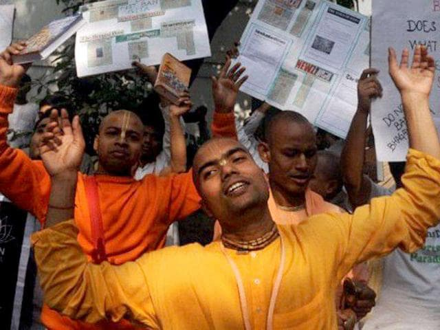 International-Society-for-Krishna-Consciousness-ISKCON-members-hold-posters-as-they-chant-devotional-songs-in-front-of-the-Consulate-General-of-Russian-Fedaration-to-protest-against-Russia-s-ban-on-Bhagvad-Gita-in-Kolkata-AFP-Photo