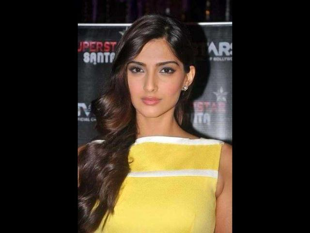 BOLD! Now, Sonam shows middle finger at press con