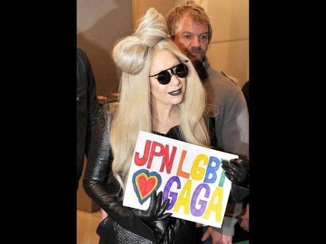 Bear-hug-Gaga-shows-off-her-soft-toy