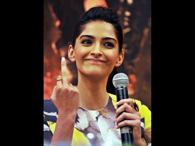 Sonam-Kapoor-shows-middle-finger-again-in-a-public-event