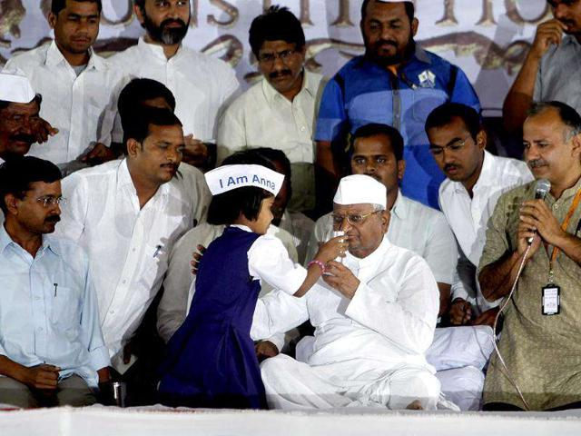 Anna-Hazare-is-offered-a-glass-of-juice-by-a-girl-as-he-ends-his-fast-in-Mumbai-AP-Photo-Rafiq-Maqbool