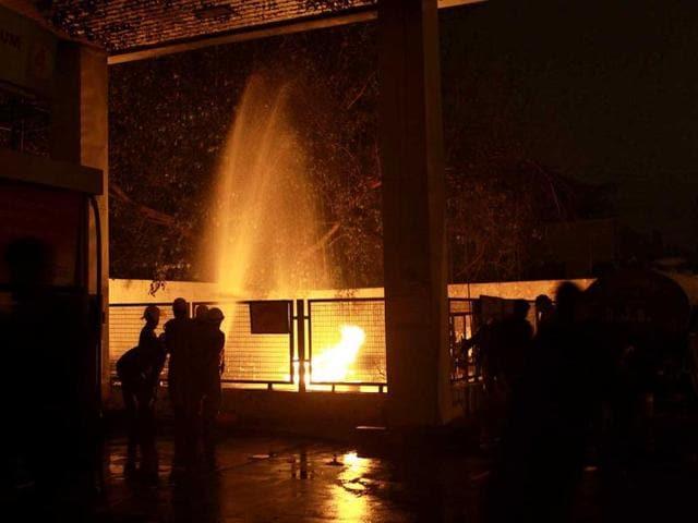 2 Critical In Munirka Petrol Pump Blaze Delhi Hindustan Times