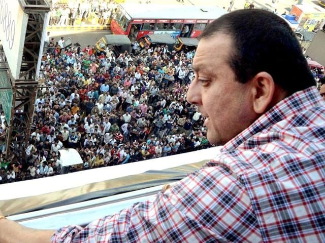 Sanjay-Dutt-waves-to-fans-at-a-promotional-event-in-Nagpur