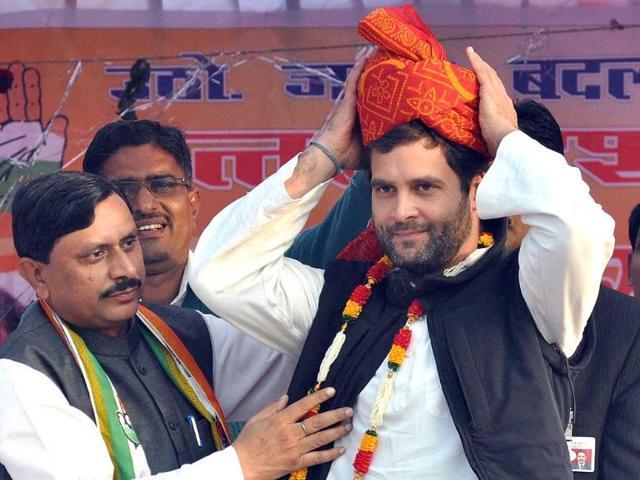 Congress-general-secretary-Rahul-Gandhi-helps-an-SPG-man-adjust-the-seating-arrangement-before-his-public-meeting-at-Orai-in-Jalaun-district-of-Bundelkhand-HT-photo-Ashok-Dutta