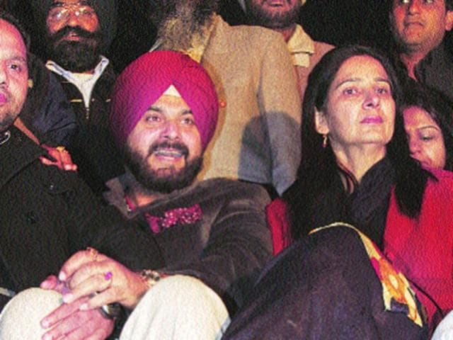 Amritsar-MP-Navjot-Singh-Sidhu-with-his-wife-and-BJP-candidate-from-Amritsar-East-Navjot-Kaur-Sidhu--Munish-Byala-HT