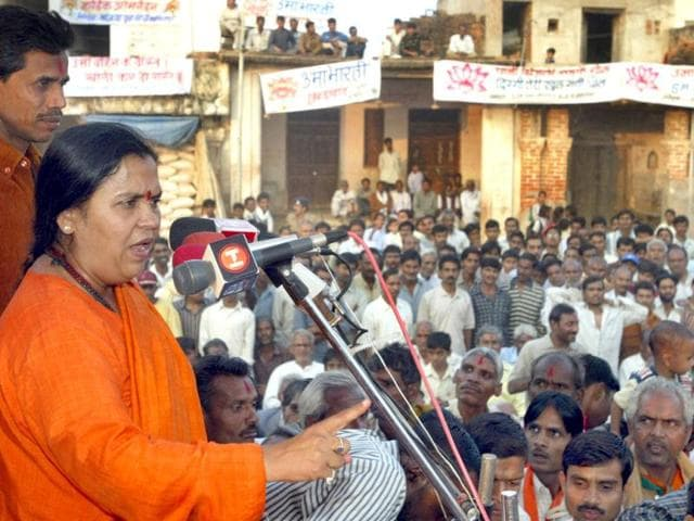 Former-federal-Indian-minister-Uma-Bharti-addresses-a-political-gathering-in-Maharajpur-in-the-central-Indian-state-of-Madhya-Pradesh-November-17-2003-Bharti-a-42-year-old-former-preacher-called-Didi-or-older-sister-by-her-followers-is-certainly-no-stranger-to-the-rough-and-tumble-of-Indian-politics-REUTERS-Kamal-Kishore-JSG-TW