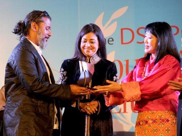 Sri-Lankan-debut-novelist-Shehan-Karunatilaka-wins-the-DSC-Prize-for-South-Asian-Literature-2012-for-his-book-Chinaman-during-the-Jaipur-Literature-Festival-in-Jaipur-AFP