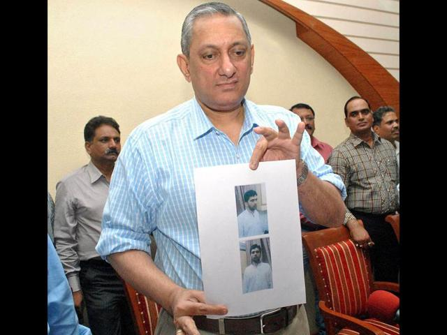 ATS-Chief-Rakesh-Maria-shows-photo-of-accused-Yasin-Bhatkal-in-the-July-13-2011-blasts-during-the-press-conference-in-Mumbai
