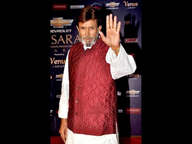 Veteran-Indian-Bollywood-actor-Rajesh-Khanna-C-flanked-by-his-wife-Dimple-Kapadia-R-and-son-in-law-Akshay-Kumar-L-wave-to-well-wishers-gathered-outside-his-Ashirwad-bungalow-in-Mumbai-on-June-21-2012-AFP