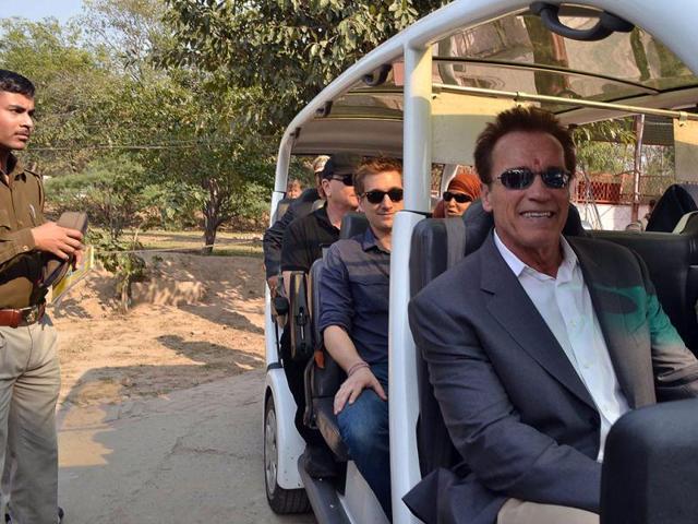 Arnold-Schwarzenegger-poses-for-shutterbugs