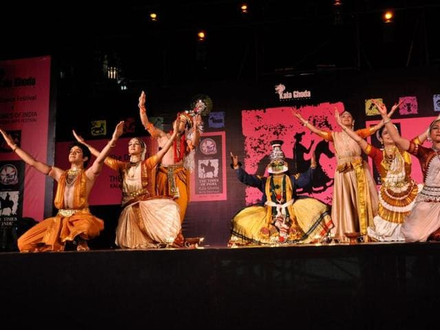 Folk-dance-at-the-Kala-Ghoda-Arts-Festival