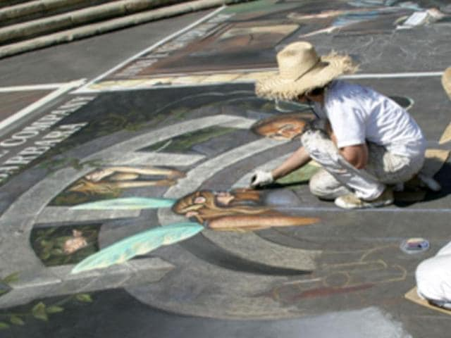 American-chalk-artist-Tracy-Lee-Stum-drawing-on-the-street-