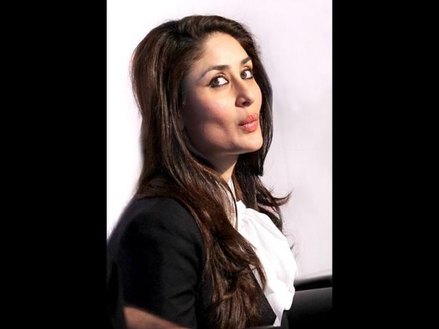 Kareena-Kapoor-was-also-seen-getting-into-the-festive-spirit-on-Christmas-eve