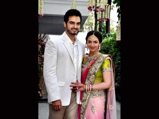 Actor-Esha-Deol-got-engaged-to-businessman-Bharat-Takhtani-on-Sunday-in-a-private-ceremony-Esha-chose-to-keep-it-simple-with-an-elegant-pink-sari-with-green-embellishment
