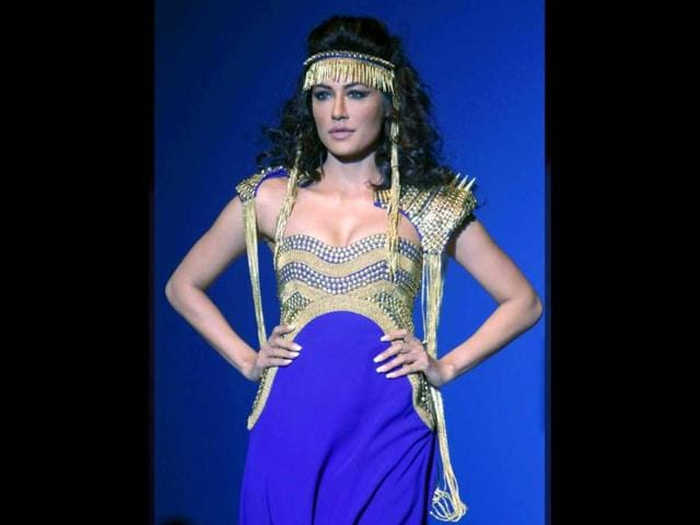 Chitrangada-Singh-added-some-Bollywood-glamour-to-WIFW-She-displayed-a-creation-by-designer-Kanika-Saluja
