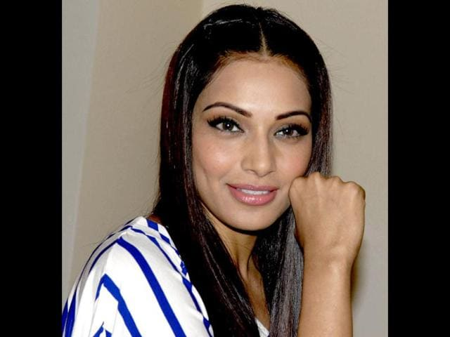 Bipasha-Basu-poses-for-shutterbugs