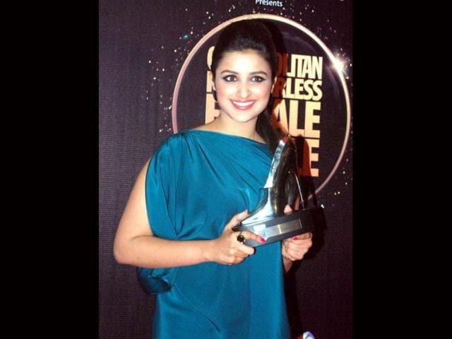Parineeti-Chopra-poses-with-her-trophy