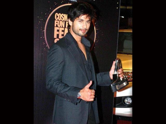 Shahid-Kapoor-looks-good-in-a-plain-white-tee