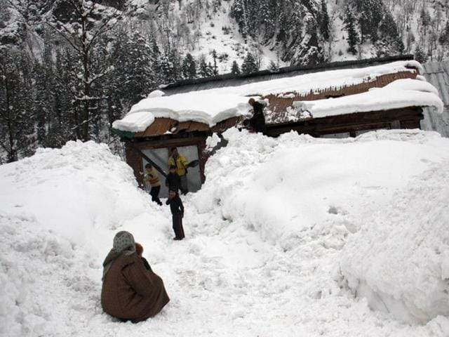 Unusually heavy snowfall throws life out of gear in Kashmir
