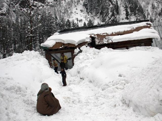 J&K: Heavy snowfall forces closure of Mughal Road