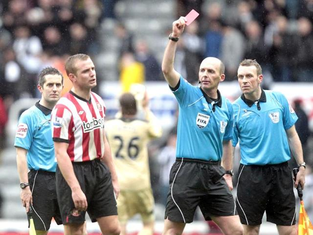 Sunderland-s-Lee-Cattermole-2L-is-sent-off-by-referee-Mike-Dean-after-a-1-1-draw-against-Newcastle-United-during-an-English-FA-Premier-League-football-match-at-St-James-Park-AFP-Photo-Graham-Stuart