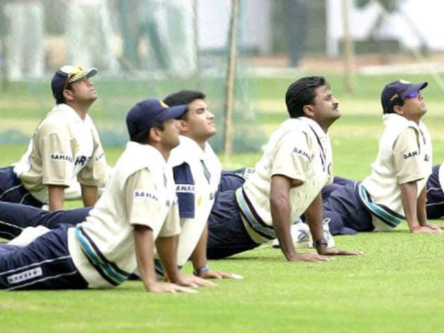 Sachin-Tendulkar-Rahul-Dravid-Saurav-Ganguly-Javagal-Srinath-Shiv-Das-and-Deep-Dasgupta-do-pranayam-during-their-practise-session-at-the-Chinnaswamy-stadium-in-Bangalore-on-18-December-2001-AFP-PHOTO-Indranil-Mukherjee