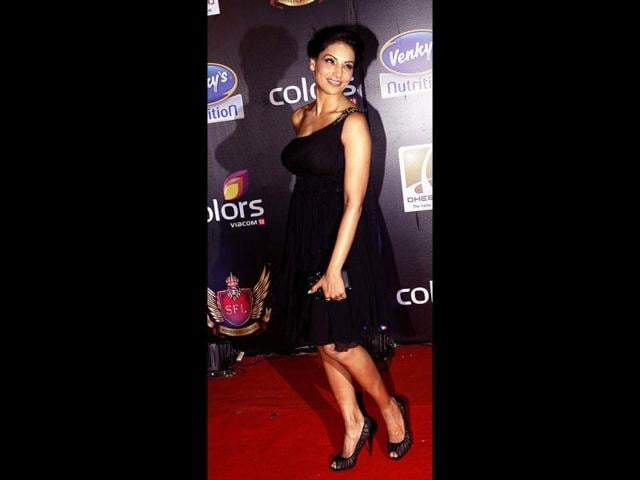 Bipasha-Basu-looks-stunning-in-a-black-dress-as-she-poses-for-the-shutterbugs-AFP-Photo