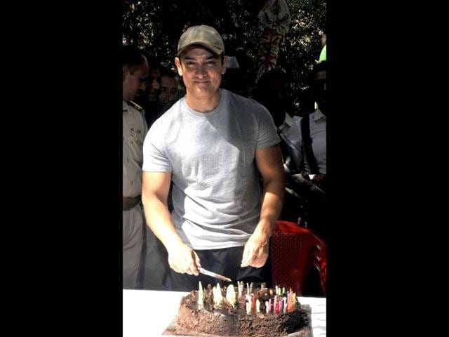 Aamir-Khan-cuts-a-cake-as-he-celebrates-his-47th-birthday-at-his-residence-in-Mumbai-PTI