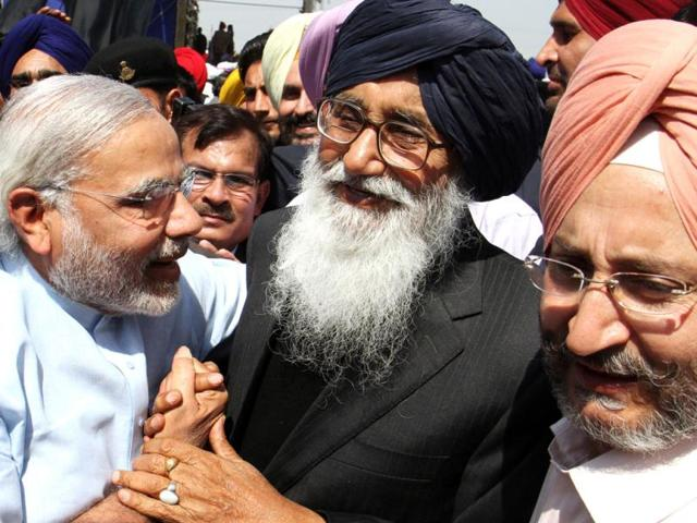 Gujarat-CM-Narendra-Modi-congratulates-Parkash-Singh-Badal-after-he-was-sworn-in-as-chief-minister-of-Punjab-at-Chappar-Chiri-HT-Rajnish-Katyal