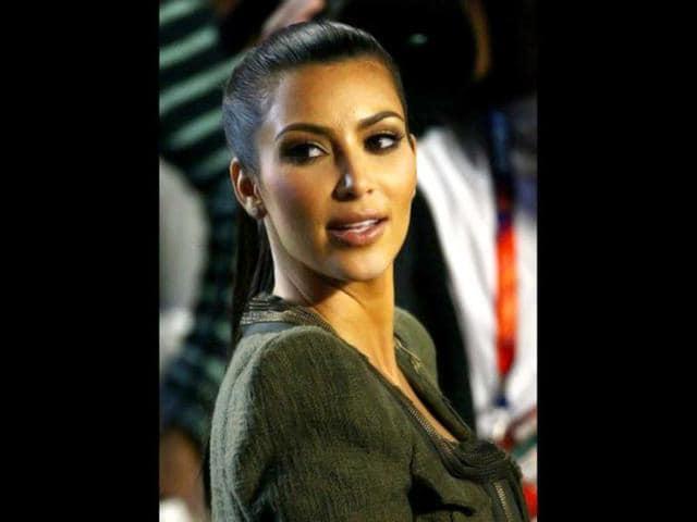Kourtney-Kardashian-with-sister-Kim-at-the-Elton-John-AIDS-Foundation-Academy-Awards-viewing-party-Photo-AP