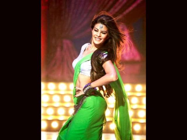 Jacqueline Fernandez flaunts her curves in a green sari.