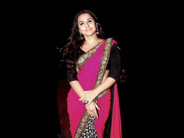 Vidya-Balan-clad-in-a-black-sari-holds-her-trophy-for-Best-Actress-for-her-film-Dirty-Picture