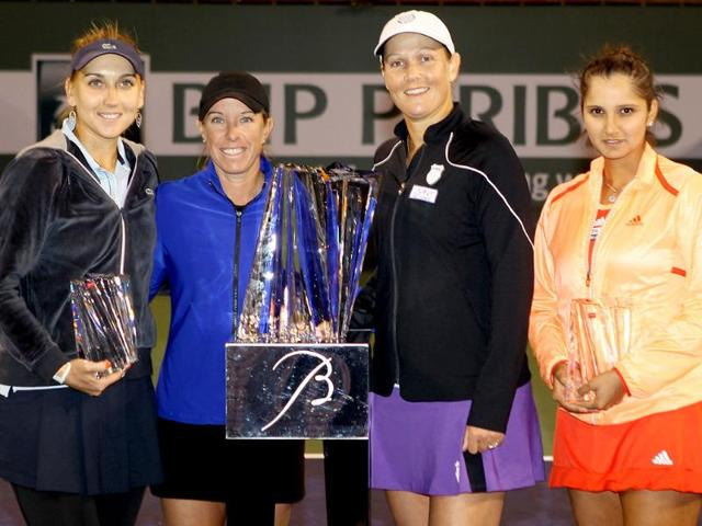 Elena-Vesnina-of-Russia-Lisa-Raymond-Liezel-Huber-and-Sania-Mirza-of-India-pose-for-photographers-after-the-womens-doubles-final-of-the-BNP-Paribas-Open-at-the-Indian-Wells-Tennis-Garden-AFP