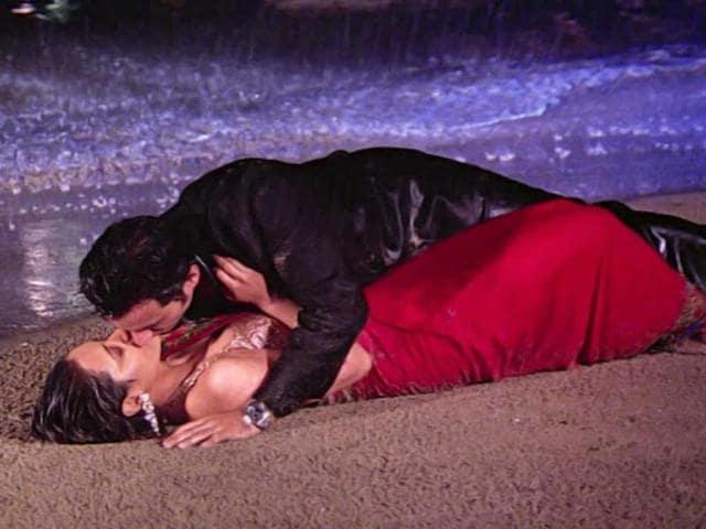 Rani-Mukerji-kissed-Saif-Ali-Khan-in-a-romantic-beach-scene-in-Hum-Tum-2004