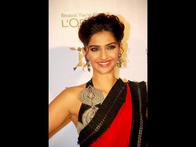 Sonam-Kapoor-dazzles-in-a-sari