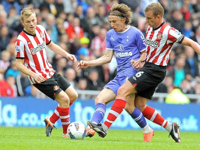 Tottenham-Hotspur-s-Croatian-midfielder-Luka-Modric-2nd-L-vies-with-Sunderland-s-English-midfielder-Lee-Cattermole-R-and-Swedish-midfielder-Sebastian-Larsson-L-during-the-English-Premier-League-football-match-between-Sunderland-and-Tottenham-Hotspur-at-The-Stadium-of-Light-in-Sunderland-AFP