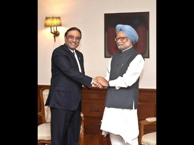 Prime-Minister-Manmohan-Singh-R-shakes-hands-with-Pakistan-President-Asif-Ali-Zardari-during-a-meeting-in-New-Delhi-AFP-Photo