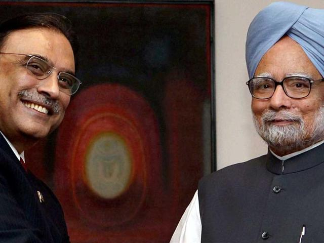 Prime-Minister-Manmohan-Singh-shaking-hands-with-Pakistan-President-Asif-Ali-Zardari-before-a-meeting-at-7RCR-in-New-Delhi-on-Sunday-PTI-Photo-Shahbaz