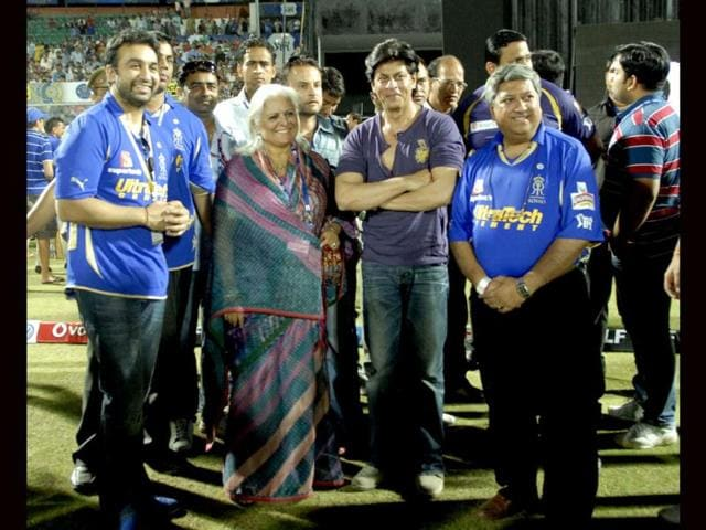 Shah Rukh Khan, Rajasthan Tourism Minister Bina Kak and RR co-owner Raj Kundra during the prize distribution after KKR lost the match against RR.