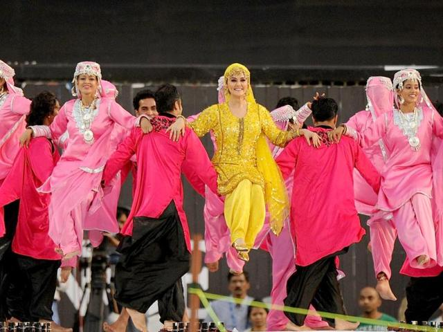 Preity-Zinta-clad-in-a-Kashmiri-outfit-performs-at-the-IPL-ceremony-AFP-Photo