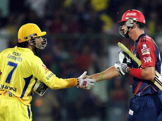 Delhi Daredevils batsman Kevin Pietersen (L) is congratulated by Chennai Superkings captain Mahendra Singh Dhoni during the IPL Twenty20 cricket match at the Feroz Shah Kotla stadium in New Delhi. AFP Photo/Manan Vatsyayana